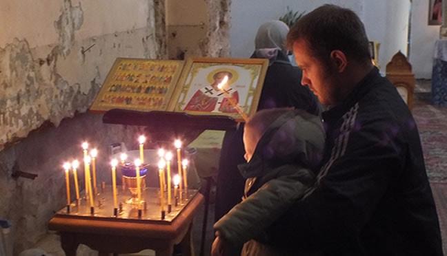 службы в полуразрушенном Храме